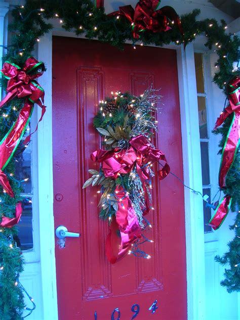 christmas door design ideas  grasscloth wallpaper
