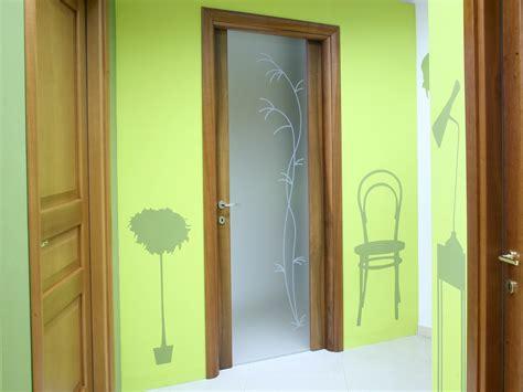 porte legno e vetro per interni modi originali per rivestire parete cucina