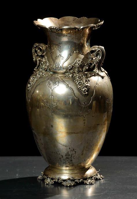vaso argento vaso in argento con fiori a rilievo gioielli argenti ed