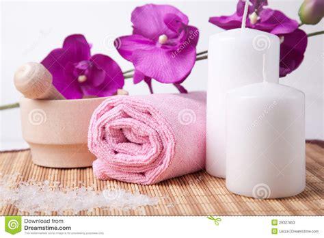 fiore spa fiore ed asciugamano rosa con due candele composizione