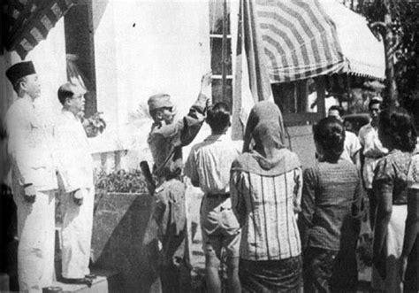 Seragam Laskar Merah Putih ambalan ir soekarno fatmawati