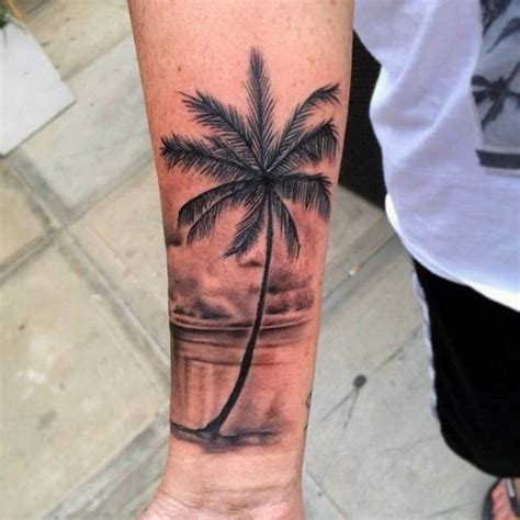 tatuaje en el antebrazo palmera fina realista