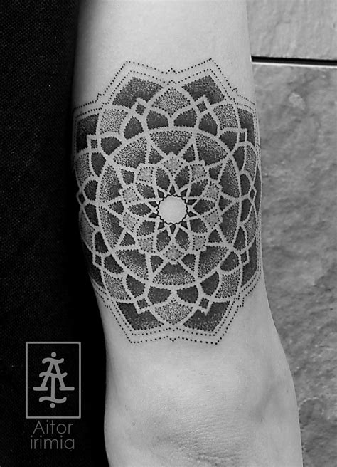 tattoo mandala puntillismo tatuaje mandala puntillismo dotwork tattoo a flowers