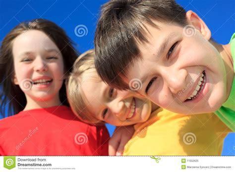 imagenes de grupos alegres ni 241 os felices imagen de archivo imagen de ropa grupo