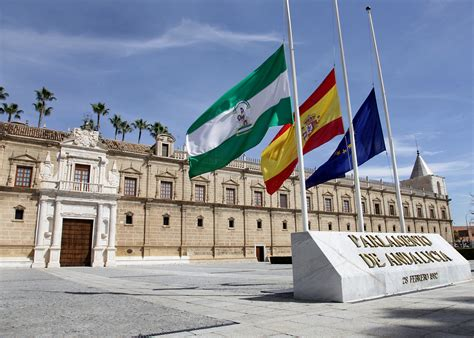 la sede parlamento la sede parlamento de andaluca con las banderas a