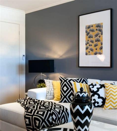 Charmant Idee Deco Salon Noir Gris Blanc #1: deco-salon-gris-peinture-grise-sur-les-murs-canap%C3%A9-blanc-%C3%A9l%C3%A9ments-d%C3%A9co-en-noir-et-jaune-e1477049667505.jpg