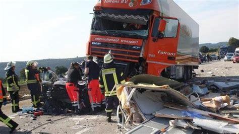 Motorrad Gespann Unfall by Lastwagen 252 Berrollt An Stauende Wohnwagen Gespann