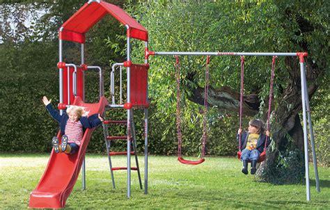 altalene e scivoli da giardino idee per come arredare un giardino per bambini foto