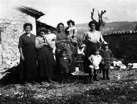 donne sedute si vedono le sciedi di cascia anni 30 sull aia di una casa si