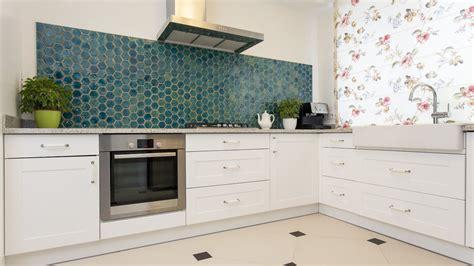gekleurde wandtegels keuken maak van uw achterwand een originele eyecatcher