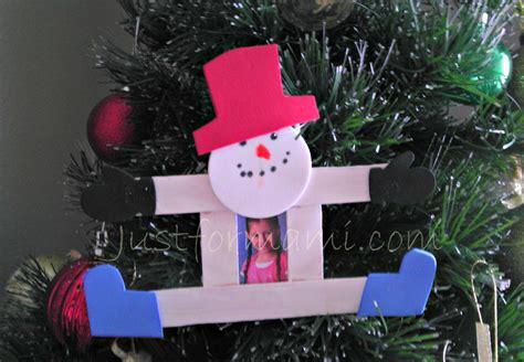 apreciamos un rbol de navidad hecho de nieve en su inferior con adornos para arbol de navidad snowman de paletas just