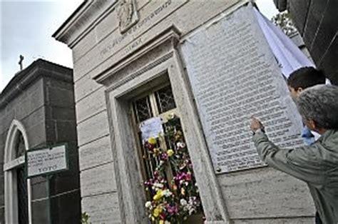 il testo di quot a livella quot sulla tomba di tot 242 napoli
