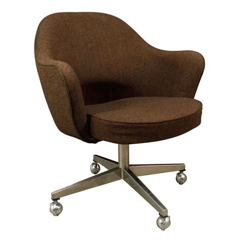 Chairs On Casters by Classic Saarinen Executive Chair On Casters At 1stdibs