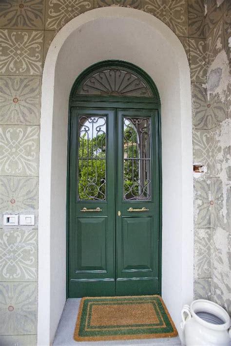 porta di ingresso porta di ingresso bicolore verde e bianco ad arco con
