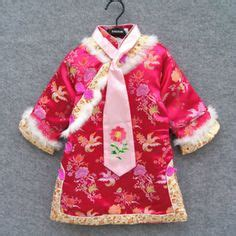 Dress Brukat Mulan this dress has a v neckline diagonal lines on the top there s horizontal lines in the