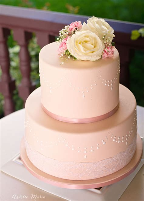 how to use stencils to perfecly decorate a fondant cake