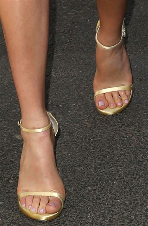 margot robbie celebrity foot and shoes