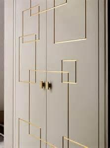 agréable Quel Couleur Pour Une Chambre #5: comment-choisir-le-design-de-portes-de-placard-gris-avec-ornaments-en-or-comment-decorer-les-portes.jpg