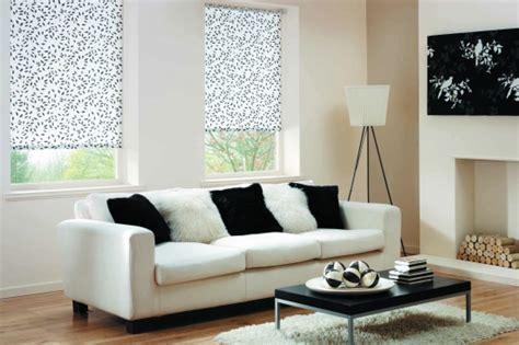 decorare ferestre living model rolete textile imprimeu floral alb negru pentru