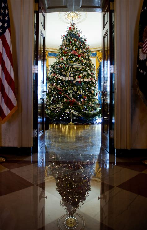 1996 blue room christmas tree obama unveils white house 2012 decorations