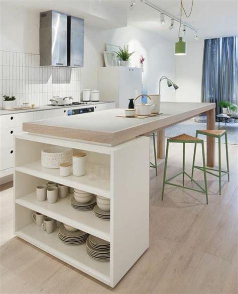 Délicieux Meubles Pour Four Encastrable #6: cuisine-blanche-et-bois-plan-de-travail-original-tabourets-triangulaires.jpg