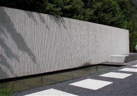 beton sichtschutzmauer laermschutzwand gestaltung mit