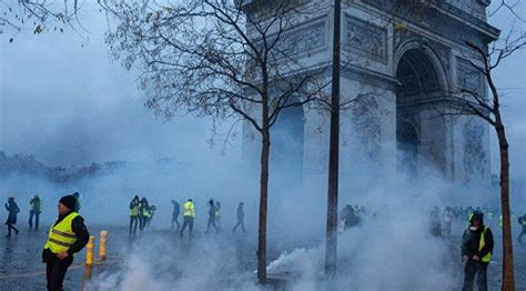 media police  tear gas  yellow vests
