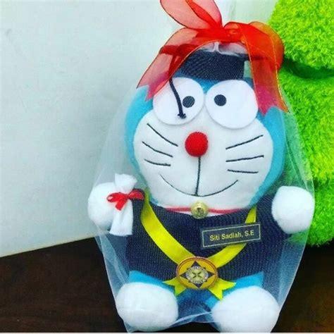 Boneka Wisuda Doraemon doraemon boneka wisuda unpam kado wisudaku