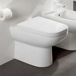 Toilet Met Losse Stortbak by Een Hangtoilet Of Staande Toilet Bewonen