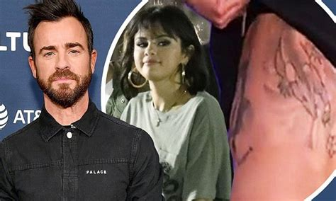 justin theroux back tattoo justin theroux shows back at vulture festival