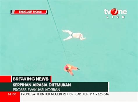 airasia member airasia flight qz8501 15 heartbreaking photos from the