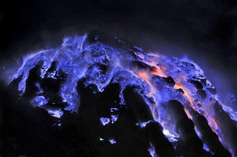 Video incredibile: il vulcano indonesiano che erutta lava blu