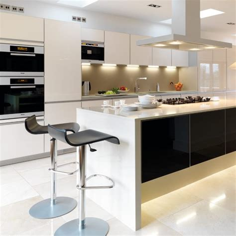 Take A Tour Around A Sleek Contemporary Kitchen Designer Modern Kitchens