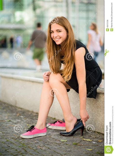 mini young models foto zapatos cambiantes del adolescente foto de archivo