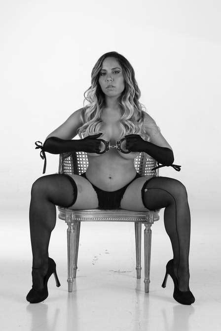 Mulher Melão faz ensaio sensual inspirado em 'Cinquenta