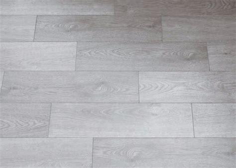 posa gres porcellanato su pavimento esistente posa su pavimento esistente con piastrelle effetto legno