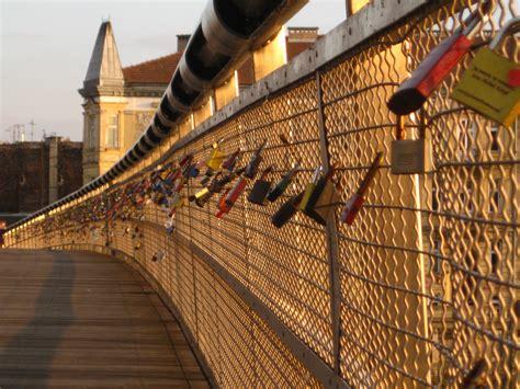 cadenas amour en anglais les ponts s 233 croulent sous le poids de l amour l
