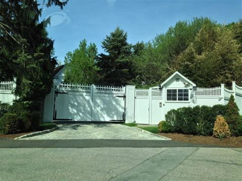 hillary clinton chappaqua photos show wall keeping regular people out of hillary
