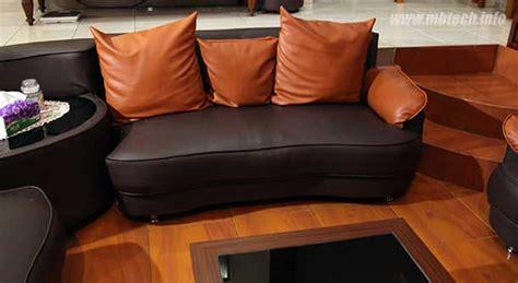 Bantal Sofa Wave sofa ini memakai bahan camaro brown dengan bantal
