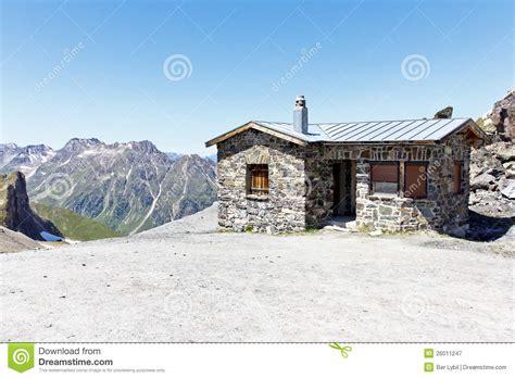 haus alpen haus der alpen mit berg lizenzfreie stockfotografie bild