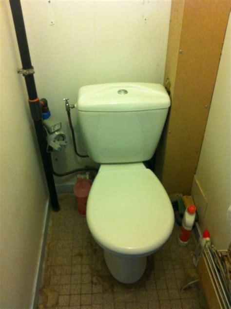 coffrage toilette masquer un tuyau et un coffrage wc
