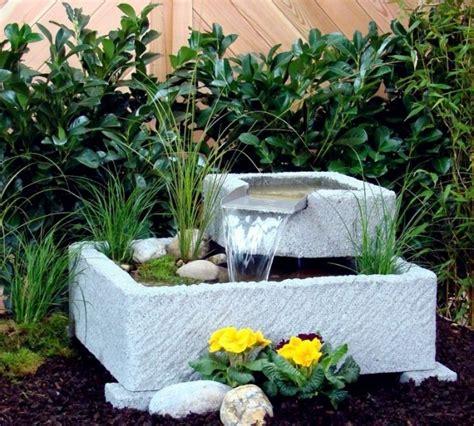 wie einen hinterhof patio gestaltet springbrunnen mit stein gestalten nowaday garden