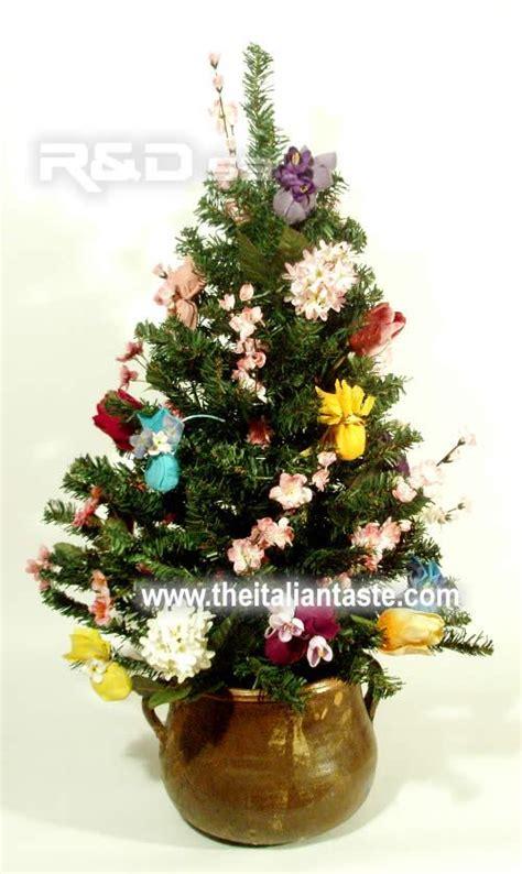 albero di natale con fiori addobbi pasquali
