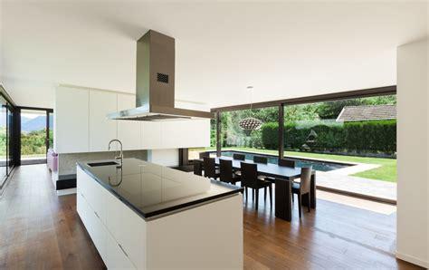Kitchen Island Layouts And Design by Cocina Comedor Minimalista Con Grandes Cristaleras Fotos