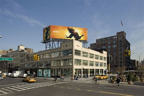 rubber st store nyc apple to receive award for preserving historic new york