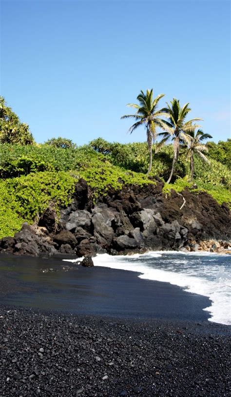 black sand beach on the big island in hawaii this was a 7 photos that show exactly why hawaii is our most popular