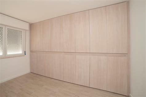 ante armadio su misura armadio progettato su misura con cassetti e appese