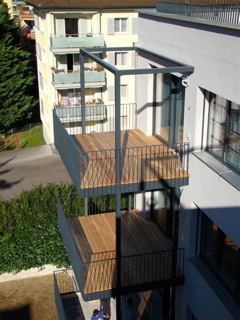 balkon mit überdachung balkon mit holzboden referenz angebot joos metall