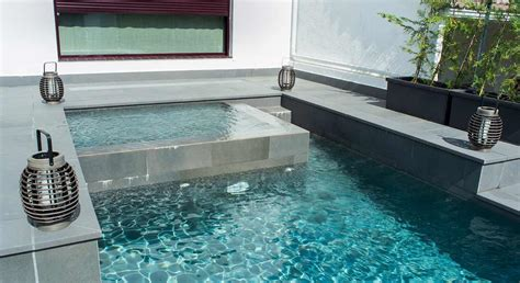 spa con piscina in piscina con zona spa rosa gres