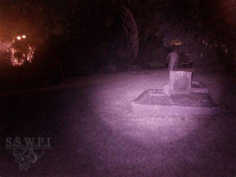 fb hantu foto ada penakan hantu di kuburan berusia 175 tahun